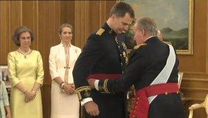 El Rey, en su día la Reina, Jefe Supremo de las Fuerzas Armadas.