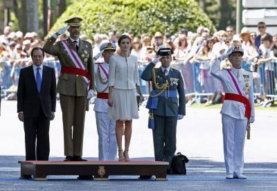 GRA065. MADRID, 06/06/2015.- El Rey Felipe VI, junto a la Reina Letizia, escucha el himno nacional, durante el acto central del Día de las Fuerzas Armadas celebrado hoy en la plaza de la Lealtad de Madrid, que preside por primera vez. EFE/J. J. Guillén