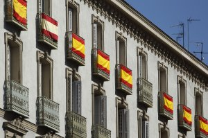 GRA096. MADRID, 18/06/2014.- Varios balcones del barrio de Ópera lucen hoy banderas de España dentro de los preparativos para la proclamación mañana del nuevo rey Felipe VI. EFE/Hugo Ortuño