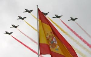 MD12. MADRID, 12/10/08.- Imagen de los aviones de la Patrulla Aguila dibujando en el cielo estelas con los colores de la bandera de España, al inicio del tradicional desfile militar que tuvo lugar hoy en el paseo de la Castellana de Madrid con motivo de la celebración de la Fiesta Nacional. EFE/Fernando Alvarado