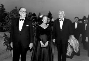 Cela, Marina Castaño y Severo Ochoa, asistiendo a la recepción que el presidente de Chile, Patricio Alwyn, ofreció en el Palacio de El Pardo con motivo de su visita a España.