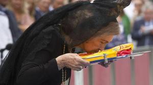 """GRA259. CÁDIZ, 17/09/2013.- La Reina Sofía besa la bandera española durante la entrega de la Bandera de Combate al Buque de Proyección Estratégica """"Juan Carlos I"""", en una ceremonia que ha tenido lugar hoy, martes 17 de septiembre de 2013, en el puerto de Cádiz. EFE/Román Ríos"""