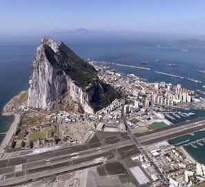 FOTO 1 vista aerea del El peñon de Gibraltar y el istmo usurpado por UK