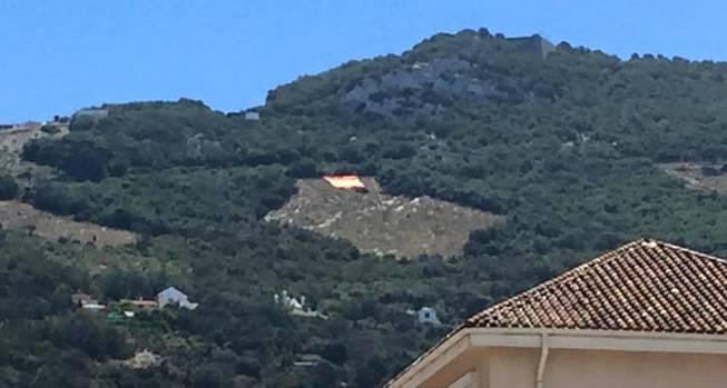 FOTO 5. la bandera de españa sobre el Peñon vista a 3 kms de distancia