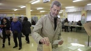GRA123. MAJADAHONDA (MADRID), 20/12/2015.- El número dos en la lista electoral de Podemos por Zaragoza, Julio Rodríguez, vota en el colegio electoral San Pío X, en la jornada de elecciones generales del 20D. EFE/Emilio Naranjo