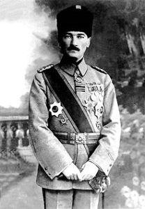 220px-Mustafa_Kemal_Atatürk_(1918)