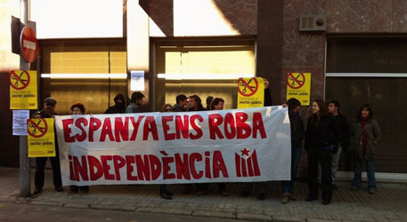 independetistas-de-la-cup-con-el-cartel-de-espana-nos-roba